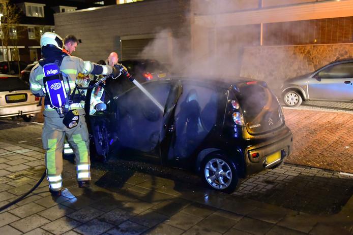 Een auto aan de Wijnesteinlaan in Hoograven brandde van binnen uit.