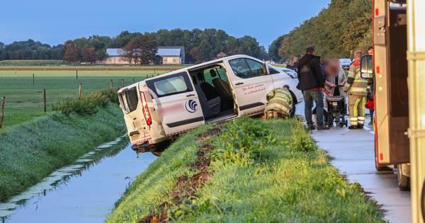 Twee gewond bij aanrijding Urkerweg, busje belandt net niet in de sloot.
