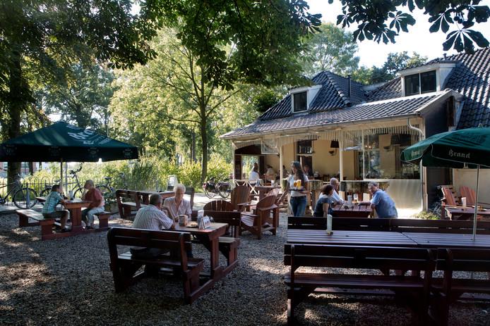 Het terras van café Onder de Linden in Wageningen.