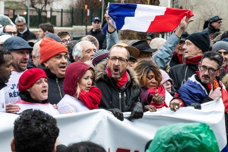 """Iets meer dan 10.000 """"rode sjaaltjes"""" trokken door de straten van Parijs."""