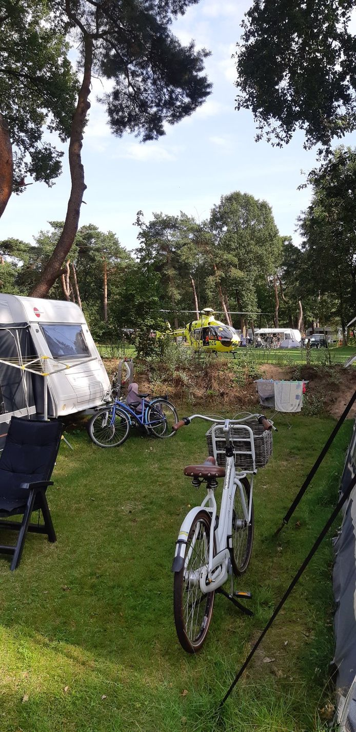 Een traumahelikopter landde op de camping in Beerze om hulp te verlenen.