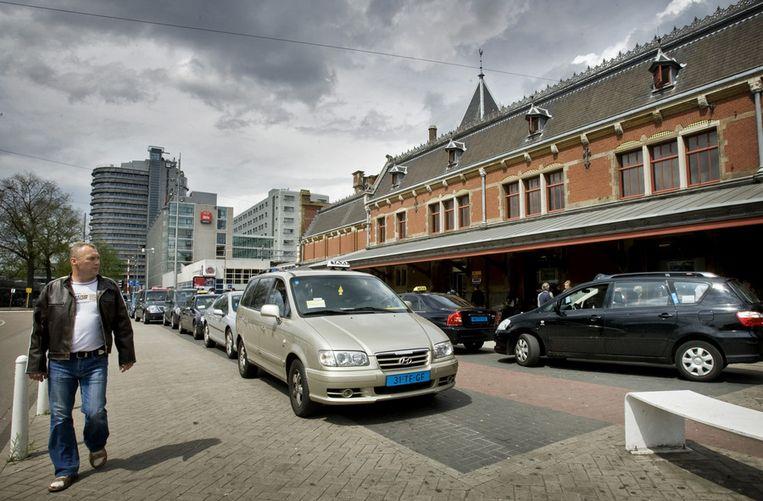 De taxichauffeurs bij Centraal Station mogen passagiers met honden niet meer weigeren. Beeld ANP