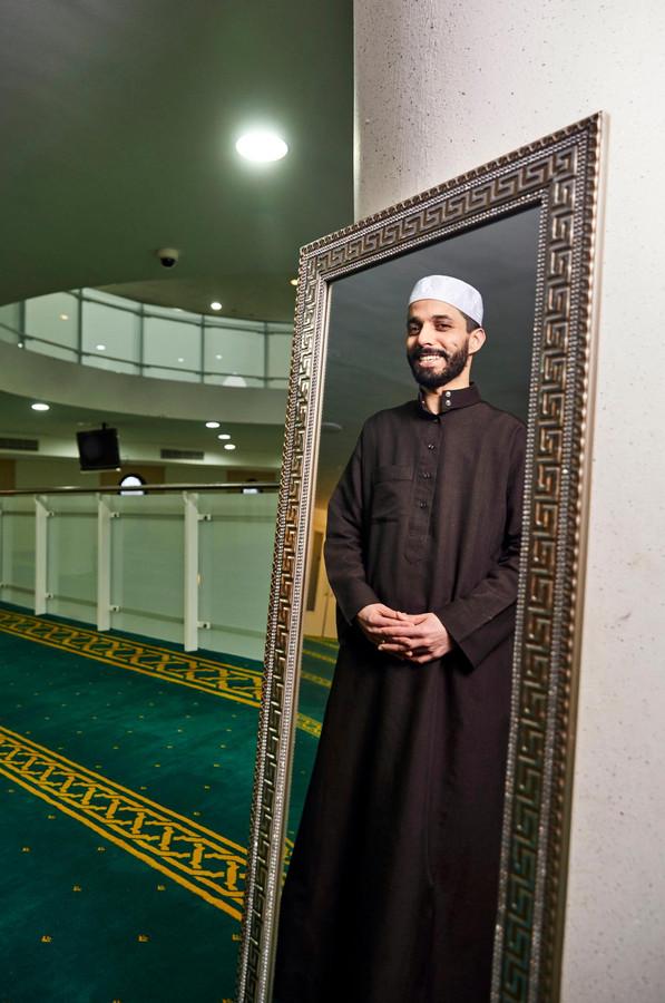 Imam Azzedine Karrat van de Rotterdamse Essalam moskee.
