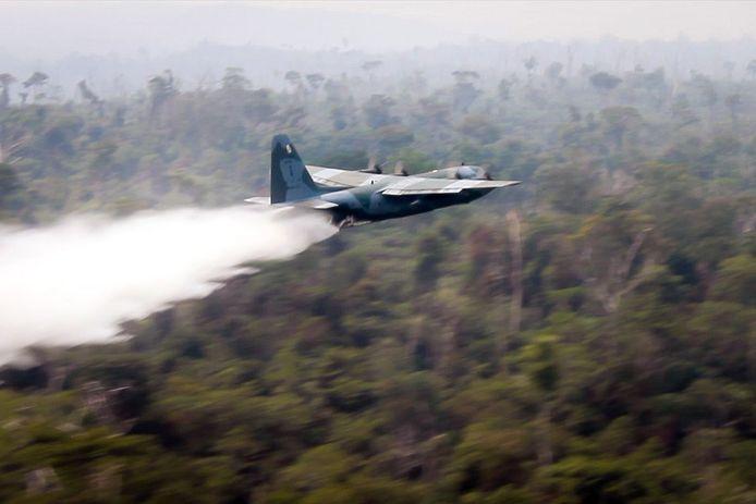 Hercules C-130 dropt water boven de Amazone.