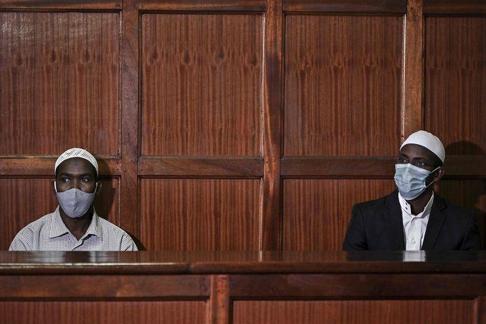 De beschuldigden Mohamed Ahmed Abdi (R) en Hassan Hussein Mustafa in afwachting van hun straf in de rechtbank in Nairobi.