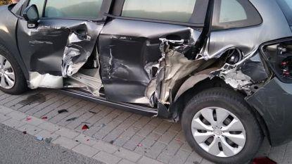 Geparkeerde auto zwaar beschadigd, aanrijder pleegt vluchtmisdrijf
