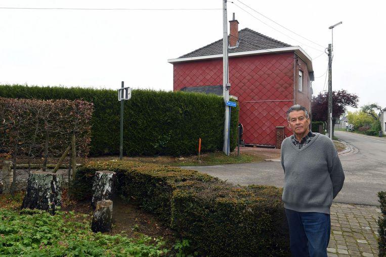 Florimond in zijn tuin met links van hem de drie stronken van de berken die zijn buurvrouw vergiftigde met benzine. Het huis op de achtergrond is dat van Odette C.