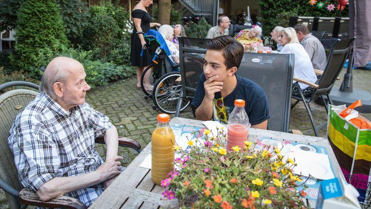 Adnan Cornelissen (r) in gesprek met Jaap Stam (l) in de binnentuin van Goodwillburgh Beeld Dingena Mol