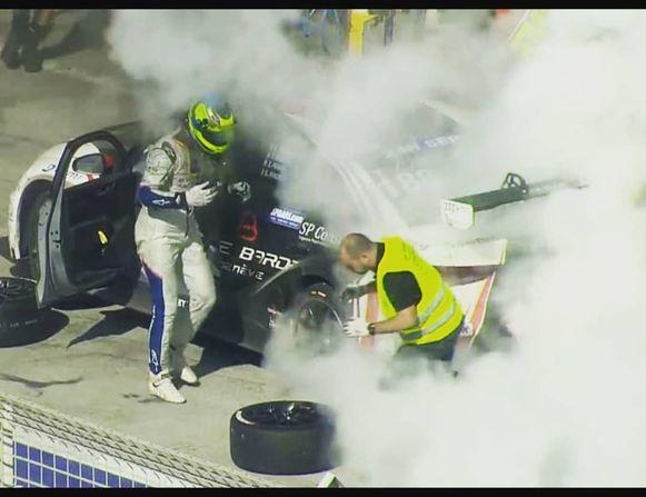 Vorig jaar: bange momenten voor Tom Boonen, die zijn brandende Audi met deur open naar pitstraat moest rijden in Dubai.