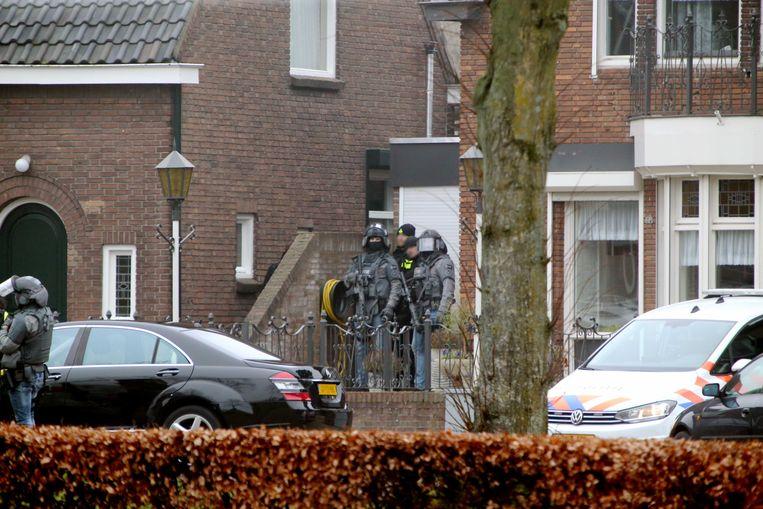 Politieagenten en een zwaar bewapend arrestatieteam hebben zich dinsdag bij het huis van Joey D. in Rosmalen verzameld. Beeld ANP
