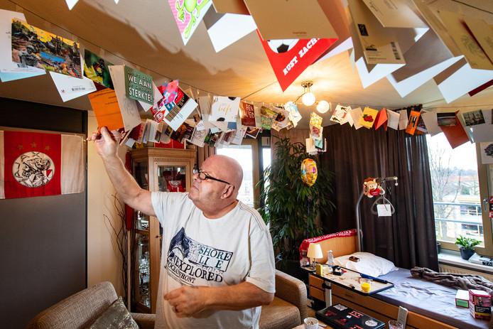Nijmegen/Nederland: Jopie Verstegen is terminaal ziek. Hij is fervent Ajax-fan en krijgt elke dag stapels met post Dgfoto Foto: Bert Beelen
