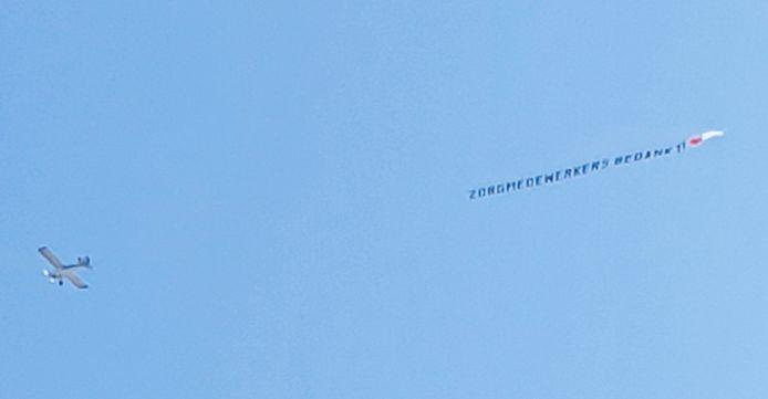 Een vliegtuigje cirkelt zondagmiddag boven het Amphia Ziekenhuis als dank voor de zorgmedewerkers.