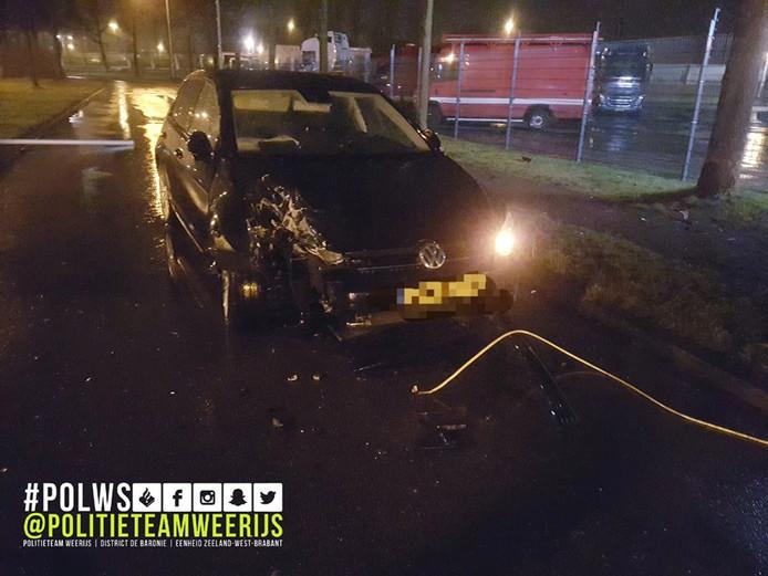 Een automobilist ramde zondagochtend vroeg een lantaarnpaal in Breda en gedroeg zich erg agressief tegen ambulancemedewerkers en agenten.
