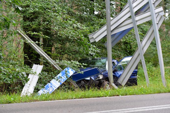 Zowel de auto als het bord raakten zwaar beschadigd bij de aanrijding.