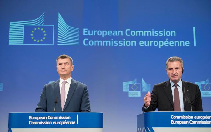 Eurocommissarissen voor de digitale markt Andrus Ansip en collega-commissaris voor de digitale economie Günther Oettinger vandaag in Brussel waar ze hun nieuwste plannen rond het verdwijnen van de dataroaming bekendmaakten.