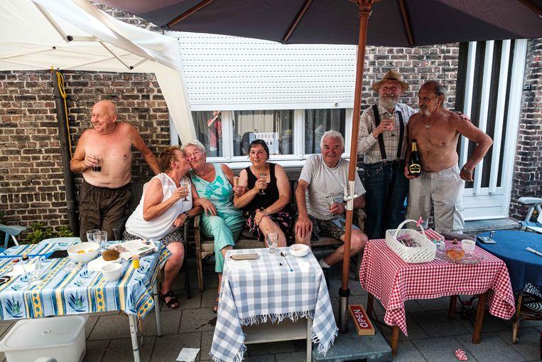De buuertbewoners van de Nachtegaalstraat genieten mee van het festival en delen gratis water en frisdrank uit.