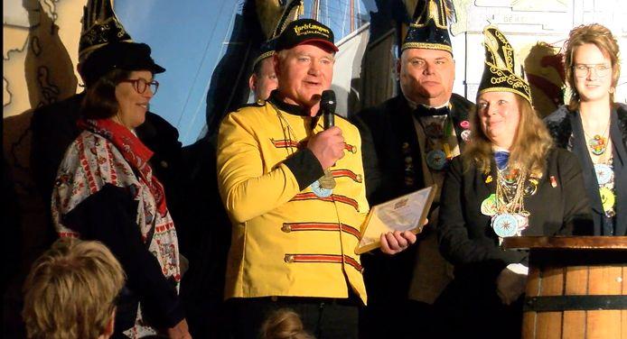 Leo Stapelbroek wordt benoemd tot Ere-Keuter door carnavalsvereniging De Keuters, begin 2020.