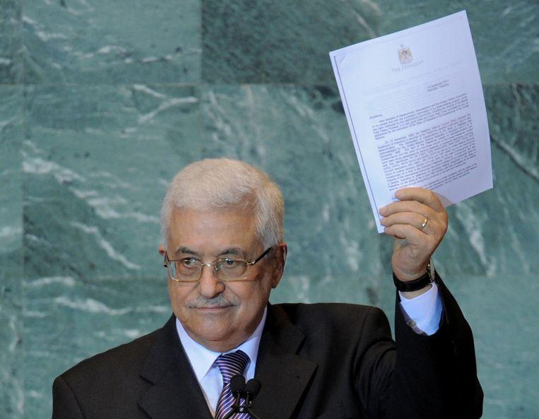 Mahmoud Abbas, President van de Palestijnse autoriteit, houdt een brief vast met het verzoek om volwaardig lid te worden van de Verenigde Naties tijdens de algemene vergadering van de Verenigde Naties in september 2011. Beeld afp