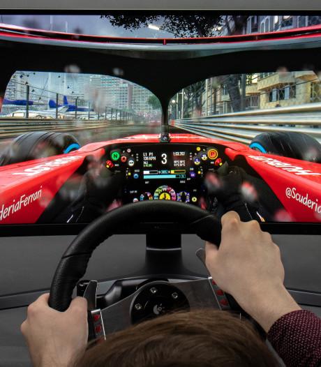 Als Max Verstappen over het virtuele circuit met deze gigantische monitor