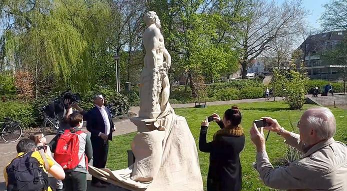 Onthulling van beelden in Emile van Loonpark in Roosendaal door wethouder Theunis. Foto Alfred de Bruin