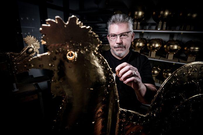 Het goud dat Steven Voshart gebruikt voor de haan is 23,75 karaat, vermengd met een vleugje platina.