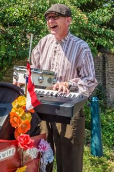 Erik Potters en Parelmuzikanten vrolijken de 60+ Beurs in Tilburg op