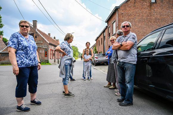 """Bewoners van Vlassenbroek trokken aan de alarmbel nadat ze plots geconfronteerd werden met boetes voor fout parkeren. """"We parkeren net op zo'n manier om hinder te voorkomen"""", zeggen ze."""