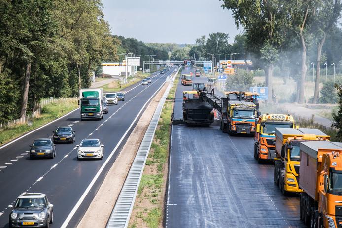 Het asfalteren van de oostelijke rijbaan van de A325 ging voorspoediger dan gedacht.