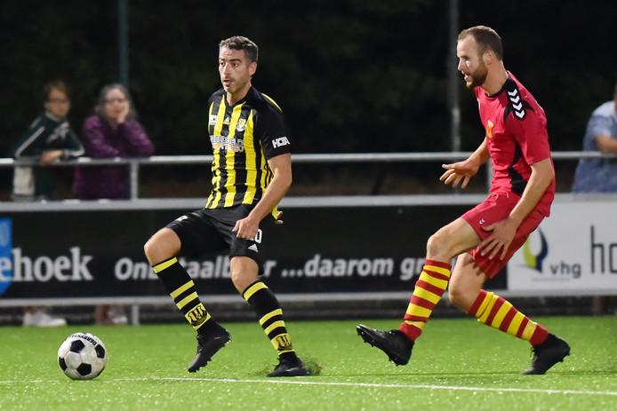 Columbia (l) klopte Apeldoornse Boys en speelt de finale van de Apeldoorn Cup.