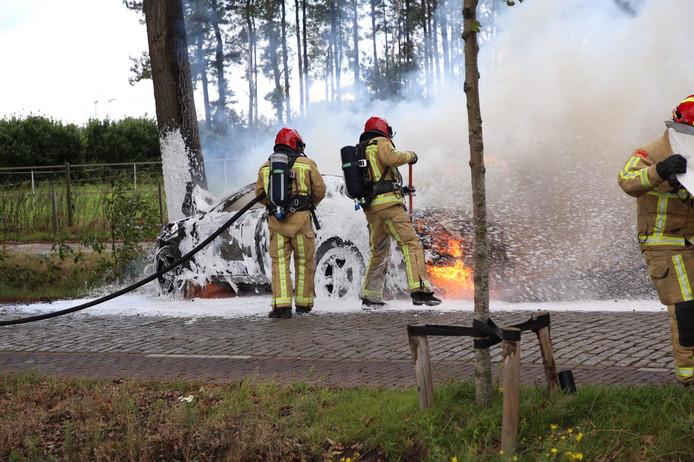Auto in brand nadat hij tegen boom rijdt in Casteren