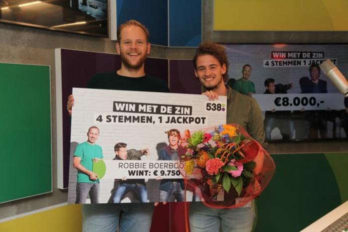 Ivo van Breukelen overhandigt de cheque aan de Apeldoornse Robbie Boerboom