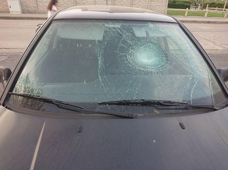 De auto van Elisabeth werd vernield door vandalen.