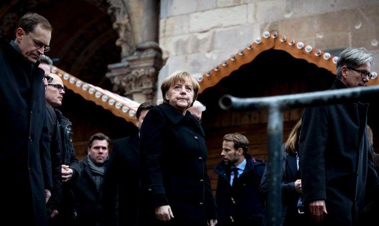 Angela Merkel bezoekt de bloemenzee vlakbij de plaats van de aanslag in Berlijn Beeld anp
