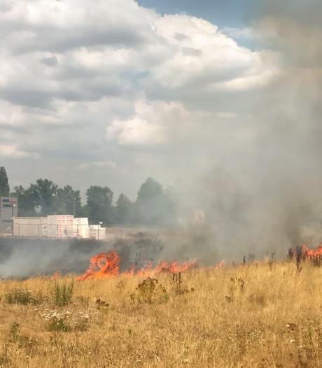 Schade aan schuur door brand in weiland Dieren
