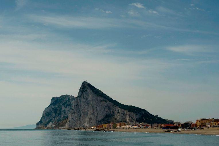 De rots van Gibraltar, gezien vanaf het Spaanse La Línea. De omschrijving van deze Britse kolonie was aanleiding voor het gedwongen vertrek van een Britse Europarlementariër. Beeld AFP