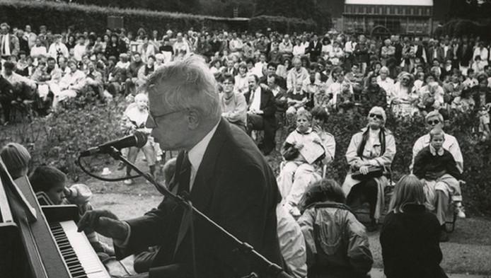 Drs. P tijdens een optreden in het Museumpark in Rotterdam.