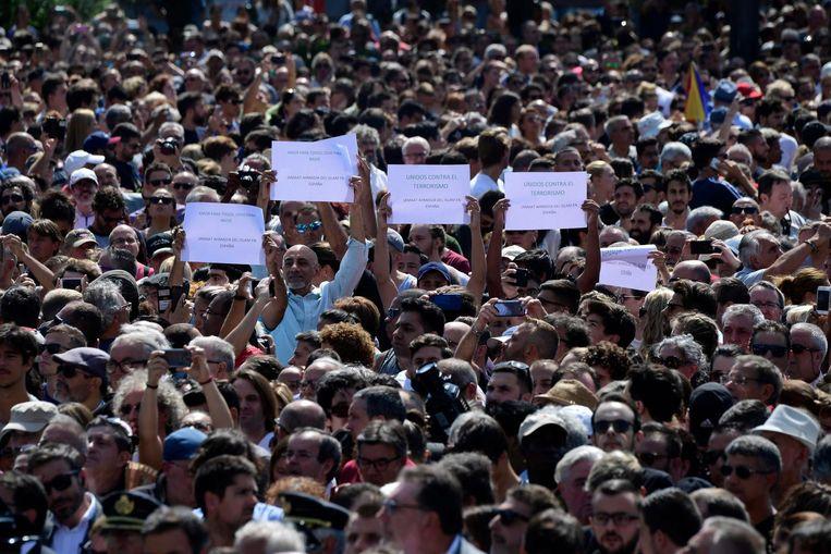 Mensen verzamelen zich op het Placa Cataluyna voor de herdenking. Beeld AFP
