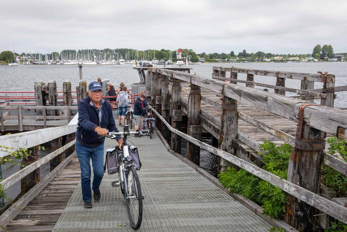 De veersteiger bij Wolphaartsdijk, hier net na aankomst van het fiets- en voetveer, wordt vervangen door een nieuwe.