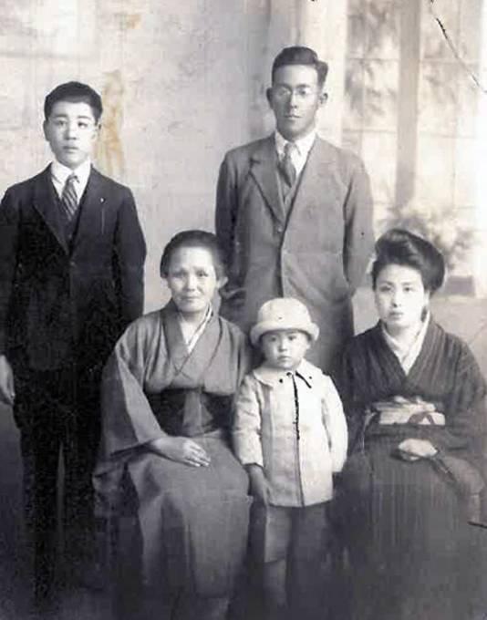 Vanaf rechts: Chiyo, Toshiko (Chiyo's dochter), Shoji (Chiyo's man), Kiku (Chiyo's moeder), Junichi (Chiyo's zoon).