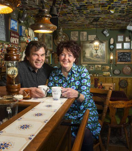 Thuiscafeetje in Oldenzaal: 'Kijk, op deze voetbalfoto's staan mijn vader en opa'