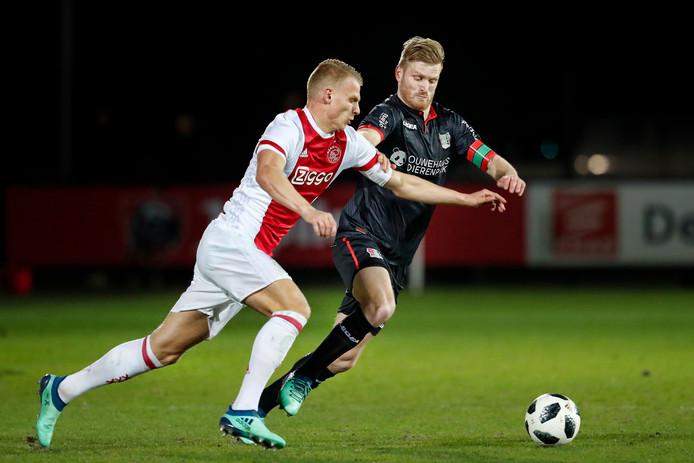 Ajax-speler Mitchell Bakker in duel met NEC-aanvoerder Mart Dijkstra.