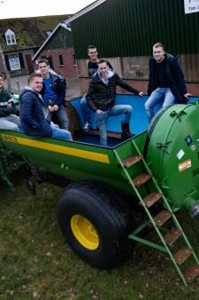 Vriendengroep bouwt oude gierton om tot jacuzzi: 'In de winter wil je wel dat de kachel het doet'