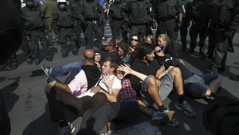 De politie in Dortmund verwijdert linkse demonstranten. Beeld reuters