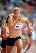 Dafne Schippers neemt op de 4x100 meter estafette het stokje over van Madiea G.