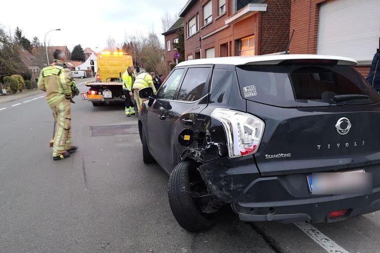 Een geparkeerde Ssangyong Tivoli raakte zwaar beschadigd.
