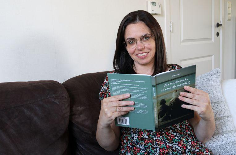 Nordine Claes met haar boek.