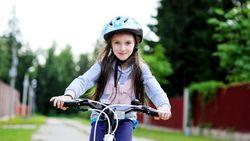 Een helm alleen is niet voldoende: zo fietst je kind toch veilig naar school