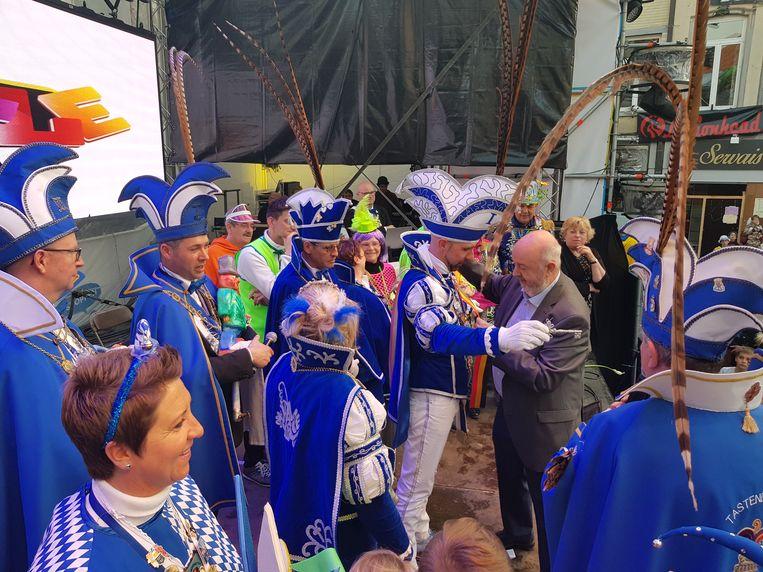 Burgemeester Marc Snoeck (Sp.a) geeft de sjerp aan Prins Peter tijdens de machtsoverdracht.