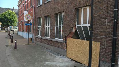 Twintiger rijdt politievoertuig aan en belandt dan in gevel leegstaande woning: ravage is enorm