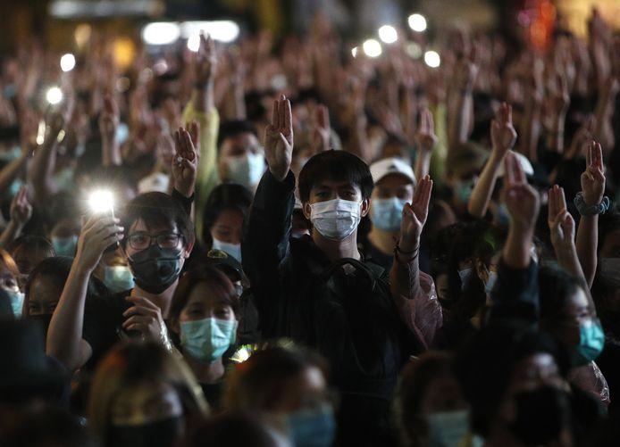 De manifestanten houden drie vingers in de lucht, een symbool van verzet uit  'The Hunger Games' boekenreeks